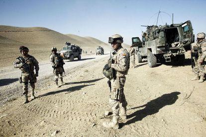 Tropas españolas durante una patrulla en Afganistán, en octubre de 2012.