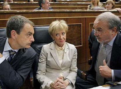 El presidente del Gobierno, José Luis Rodríguez Zapatero, conversa con María Teresa Fernández de la Vega y Pedro Solbes durante el pleno del Congreso celebrado hoy