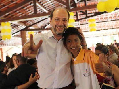 Ivo Ferreira Gomes junto con un niño de su municipio.