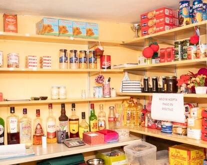 El armario del bar-tienda de Philomena, uno de los vecinos más antiguos de Puebla de la Sierra.