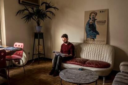 Luis López Carrasco hojea en su piso notas de su guion para 'El año del descubrimiento'.