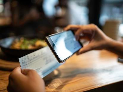 Una persona escanea un documento con su teléfono móvil.
