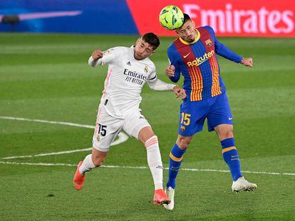 Valverde disputa el balón con Lenglet en el clásico de Liga del Di Stéfano el pasado 10 de abril.