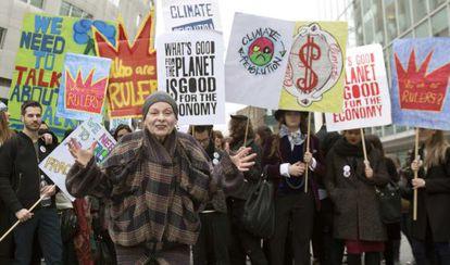La diseñadora Vivienne Westwood en una protesta contra el fraccionamiento hidráulico.