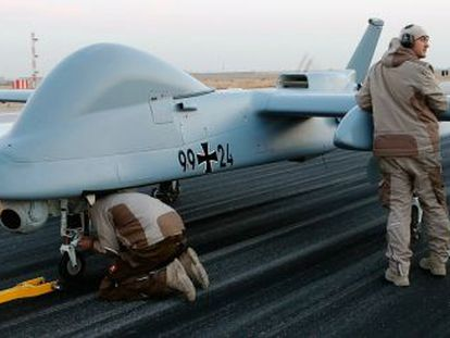 MÁS DE 4.000 VÍCTIMAS. Los 'drones' de EE UU han matado a 4.700 personas en los últimos años. En la imagen, los técnicos supervisan uno de reconocimiento del Ejército alemán en la base de Marmal (Afganistán) en diciembre de 2012.
