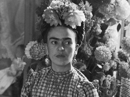La pintora Frida Kahlo en una fotografía de 1944. En video, el legado artístico de Kahlo se extiende hasta nuestros días.