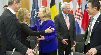 La ministra de Exteriores, Trinidad Jiménez, saluda a la secretaria de Estado, Hillary Clinton, en presencia del secretario de la OTAN, Anders Fogh Rassmussen y del ministro alemán de Exteriores Guido Westerwelle.