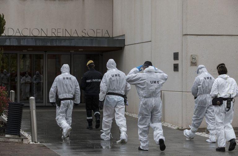 La Unidad de Emergencia Militar, este sábado en labores de desinfección en el Centro Alzhéimer Fundación Reina Sofía, en Madrid.