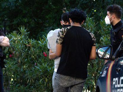 Dos policías identifican a unos jóvenes en el parque de la Amistad, en Villaverde, el martes.
