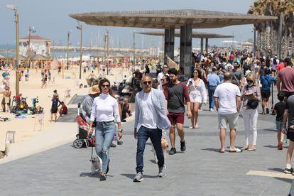Gente pasea por Tel Aviv (Israel) sin usar mascarilla.