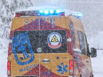 Una ambulancia a su paso por Santa María de la Cabeza, en Madrid, durante el temporal 'Filomena'.
