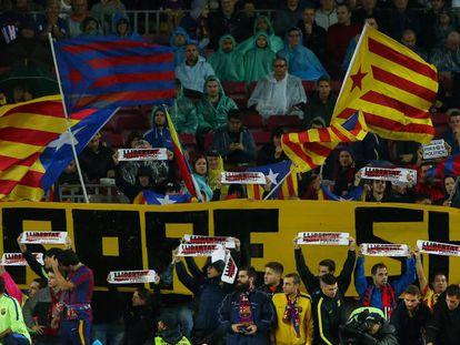 La afición del Barcelona ante el Sevilla.