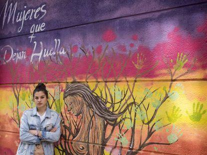 Sheima delante de una pintada feminista en San Cristóbal, un barrio madrileño.
