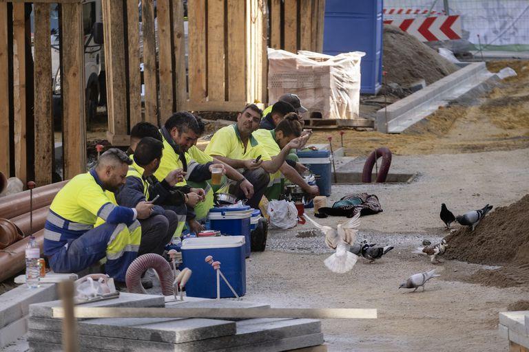 Obreros hoy en Sevilla durante su tiempo para almorzar.