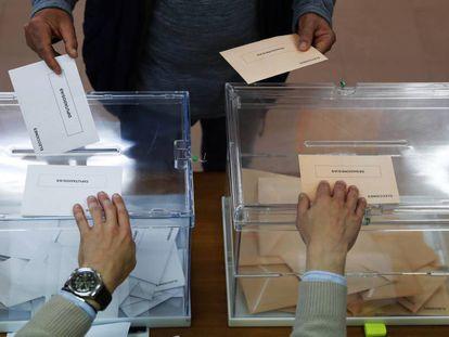 Un votante en las elecciones generales del pasado 28 de abril en un colegio de Madrid.