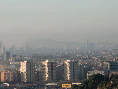 Imagen de Barcelona con una nube de contaminación.
