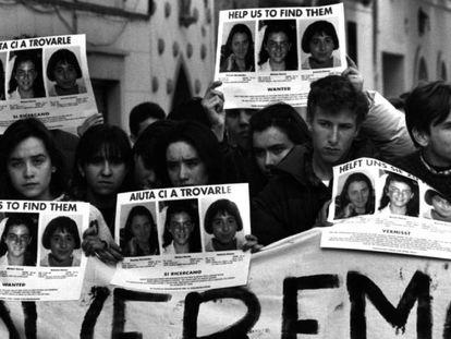 En foto, concentración de jóvenes en la localidad valenciana de Alcàsser, en enero de 1993. En vídeo, trailer de la serie documental de Netflix.