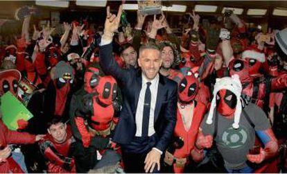 Ryan Reynolds poniendo los cuernos en un encuentro que organizó en Nueva York con los fans de 'Deadpool'.