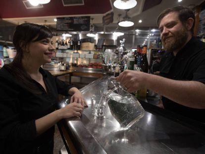 Un vaso de agua es servido en la taberna Mayser, en Pueblo Nuevo.