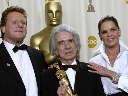 Arthur Hiller (centro) sostiene su Premio Humanitario Jean Hersholt, que la Academia le entregó en 2001.