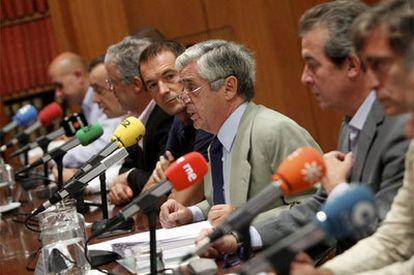 Los rostros más representativos de la radio deportiva española, durante una conferencia de prensa conjunta hoy en Madrid contra el canon de la Liga de Fútbol Profesional