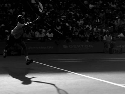 Federer devuelve la pelota durante el partido contra Kokkinakis en Crandon Park.