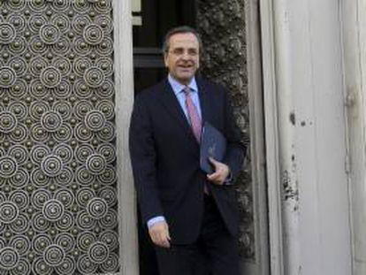 El primer ministro griego, Andonis Samarás, abandona las oficinas de la Administración General del Estado. EFE/Archivo