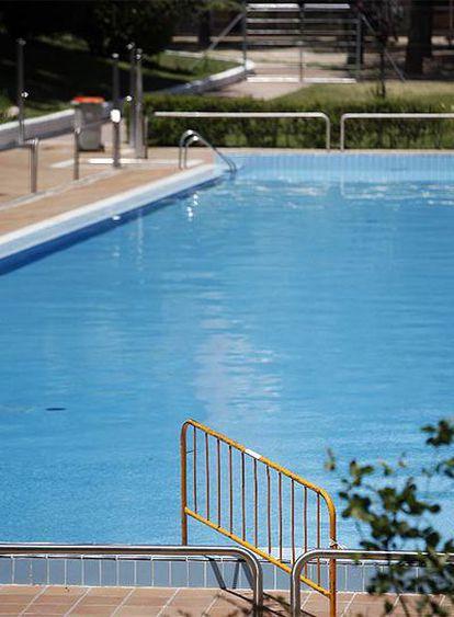 La piscina de San Blas, vacía y cerrada durante la huelga de empleados de municipales.