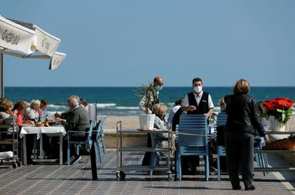 Restaurante junto a la playa de la Malvarrosa de Valencia, en marzo.