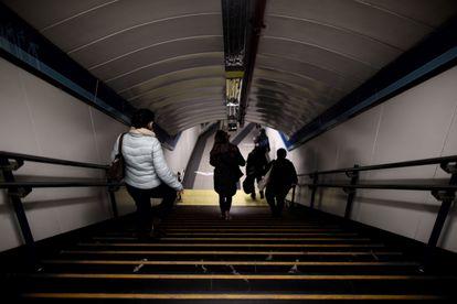 Varios pasajeros se dirigen al andén de metro de la estación de Sol, el pasado 1 de febrero.