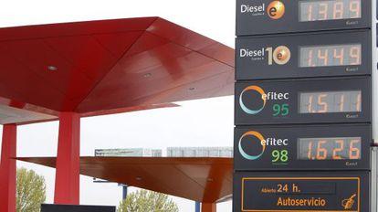 Panel de una gasolinera en Madrid con los precios de los combustibles.