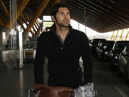 Cayetano Rivera Ordoñez en el aeropuerto de Madrid este miércoles. En vídeo, declaraciones de Rivera.
