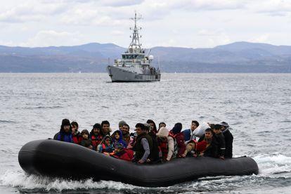 Una embarcación de Frontex patrulla en aguas griegas, el pasado 25 de marzo.
