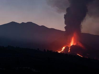 El volcán de Cumbre Vieja hoy al amanecer con las nuevas coladas de lava.
