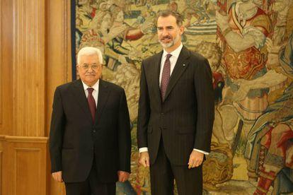 El Rey junto al presidente palestino, Mahmud Abbas, en el Palacio Real de Madrid.