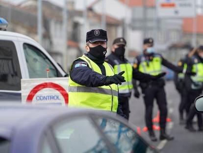 Agentes de la Policía Local realizan un control de movilidad en una salida de Santiago de Compostela, este viernes.