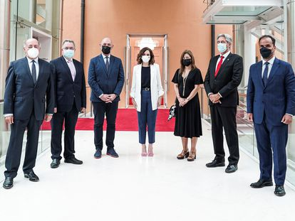 La presidenta de la Comunidad Autónoma, Isabel Díaz Ayuso, junto a los rectores de las seis universidades públicas de Madrid.