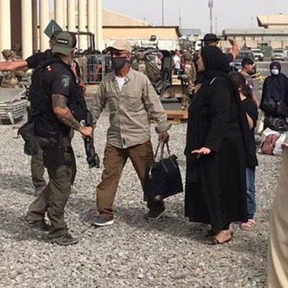 Miembros del GEO de la Policía Nacional trasladan a colaboradores afganos para su evacuación de Kabul.
