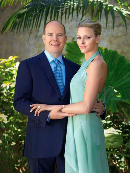 El príncipe Alberto de Monaco y su prometida, Charlene Wittstock posan en una imagen distribuida por el Principado.
