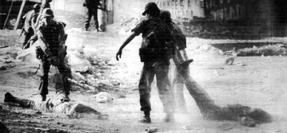 Soldados salvadoreños arrastran cadáveres de campesinos tras una operación en San Antonio Abad en 1982.
