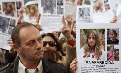 Antonio del Castillo, padre de Marta del Castillo, durante una manifestación celebrada en Sevilla por su hija, desaparecida el 24  de enero de 2009.