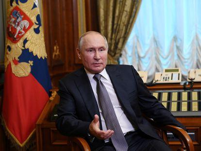El presidente ruso, Vladímir Putin, responde preguntas respecto a su artículo sobre la unidad de rusos y ucranios, el pasado día 13 en San Petersburgo.
