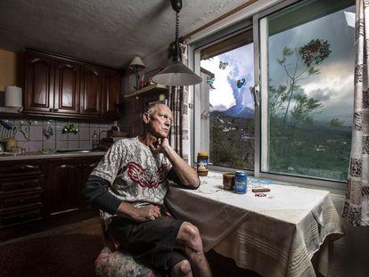 Hartmut Boog, en la cocina de su casa del barrio de Tacande, en el municipio de El Paso (La Palma).