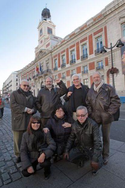 Un grupo de expresos franquistas posa ante lo que fue la Dirección General de Seguridad durante la dictadura y hoy es la sede de la Comunidad de Madrid.