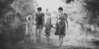 Brenda y María José con sus hijos mayores, mientras esperaban la llegada de Lennon.