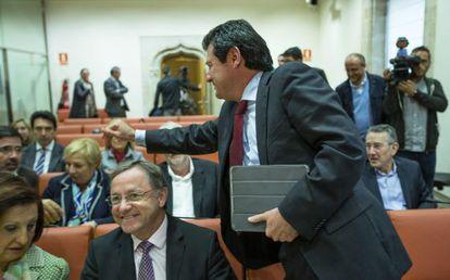 El vicepresidente José Ciscar y el consejero de Hacienda, Juan Carlos Moragues, ayer.