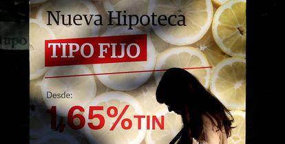 Un cartel anuncia una hipoteca en una sucursal bancaria en Madrid.