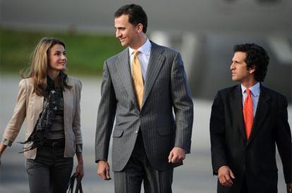 Los príncipes de Asturias, don Felipe y doña Letizia, acompañados del ministro de Exteriores de Colombia, Jaime Bermúdez, a su llegada a Bogotá
