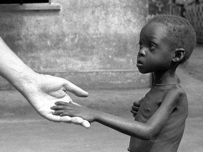 Un niño durante la hambruna que azotó en 1962 al territorio de los actuales Togo y Benín, en África occidental.