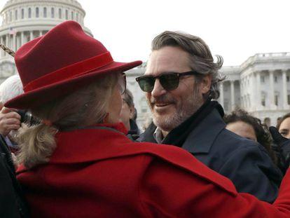 La actriz y activista Jane Fonda se abraza al actor Joaquin Phoenix, este viernes junto al Capitolio de EEUU.